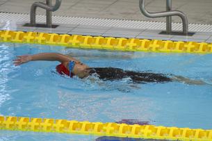 背泳ぎの写真素材 [FYI00362535]