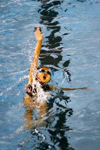 背泳ぎの写真素材 [FYI00362573]