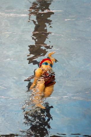 背泳ぎスタートの写真素材 [FYI00362605]