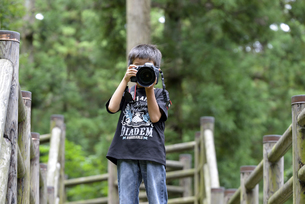 ちびっこカメラマンの写真素材 [FYI00363154]