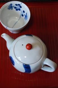 お盆に急須と小鉢の写真素材 [FYI00363540]