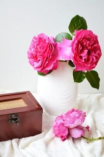 バラと箱の写真素材 [FYI00363985]