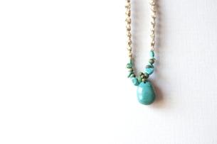 青い石のネックレスの写真素材 [FYI00363988]