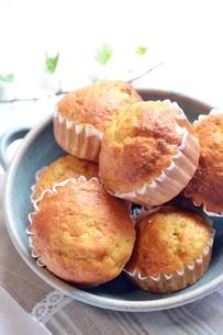 皿に盛ったカップケーキの写真素材 [FYI00364060]