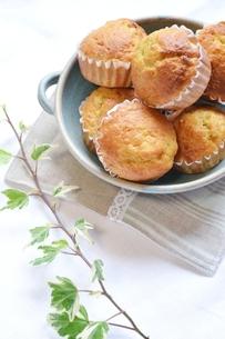皿に盛ったカップケーキとアイビーの写真素材 [FYI00364068]
