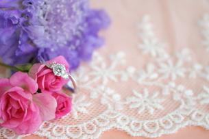 小さい花とエンゲージリングの写真素材 [FYI00364292]