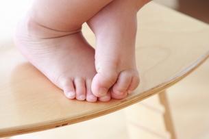 子供の足元の写真素材 [FYI00364324]