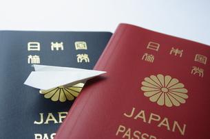 パスポートと紙ひこうきの写真素材 [FYI00364334]