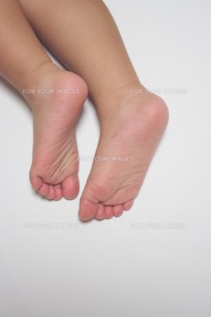 子供の足の写真素材 [FYI00364335]