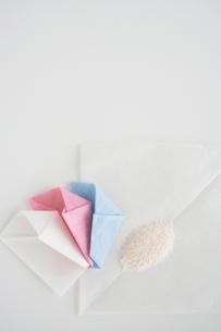 3つの薬包と粉薬 縦の写真素材 [FYI00364338]