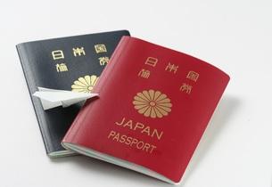 2冊のパスポートと紙ひこうきの写真素材 [FYI00364341]