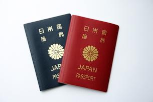 赤色と紺色のパスポートの写真素材 [FYI00364344]