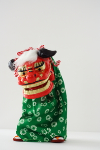 獅子舞の置き物 縦の写真素材 [FYI00364357]