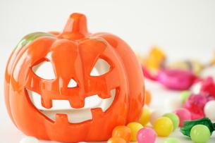 かぼちゃのランタンとお菓子の写真素材 [FYI00364365]