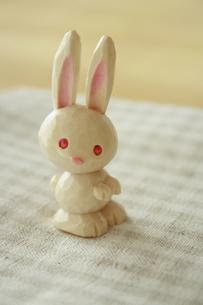 木彫りのウサギの写真素材 [FYI00364368]