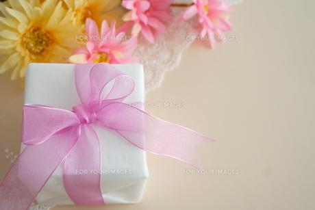 ピンクのリボンのプレゼントの写真素材 [FYI00364383]