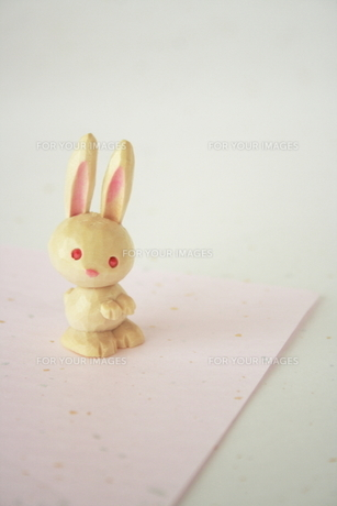 ウサギとピンクの和紙の素材 [FYI00364385]