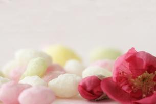 桃の花と雛あられの写真素材 [FYI00364404]
