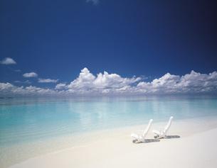 モルジブの白い椅子と美しい海の写真素材 [FYI00364601]