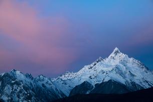 朝まだきの梅里雪山の写真素材 [FYI00364641]