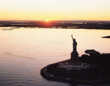 夕日の自由の女神空撮の写真素材 [FYI00364674]