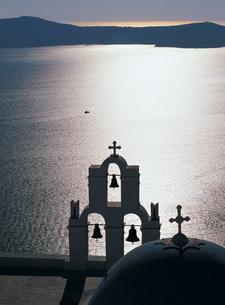 逆光のエーゲ海に鳴り響く鐘の音の写真素材 [FYI00364687]