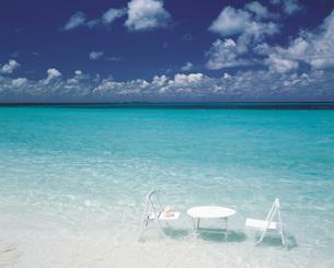 インド洋の海と白いテーブルセットの写真素材 [FYI00364701]