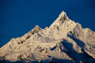 朝焼けの梅里雪山の写真素材 [FYI00364718]