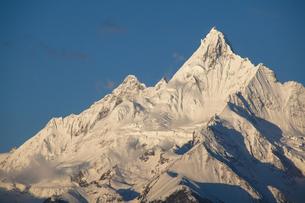 朝の光を浴びる梅里雪山の写真素材 [FYI00364723]