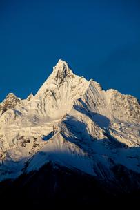 モルゲンロートに染まる梅里雪山の写真素材 [FYI00364725]