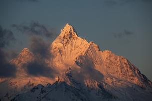朝焼けの梅里雪山の写真素材 [FYI00364728]
