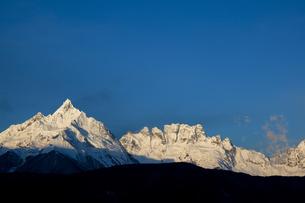 朝焼けの梅里雪山の写真素材 [FYI00364730]