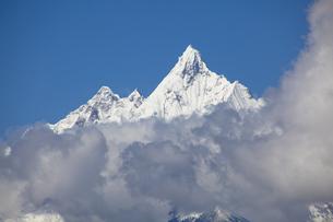 雲の上に顔を出した梅里雪山の写真素材 [FYI00364731]