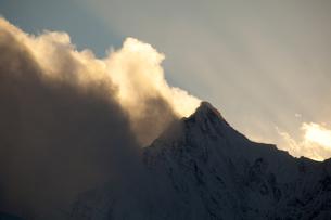 夕暮れの梅里雪山の写真素材 [FYI00364732]