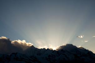日没後の梅里雪山の写真素材 [FYI00364734]