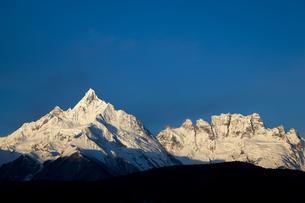朝焼けの梅里雪山の写真素材 [FYI00364736]