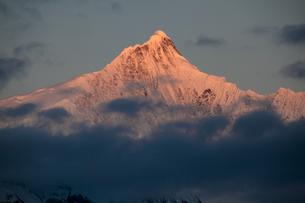 赤く染まる梅里雪山主峰の写真素材 [FYI00364742]
