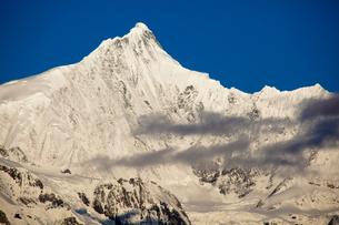 梅里雪山主峰と氷河の写真素材 [FYI00364744]