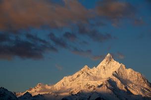 モルゲンロートに染まる梅里雪山の写真素材 [FYI00364746]