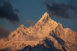 朝焼けに染まる梅里雪山の写真素材 [FYI00364747]