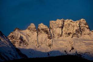 朝焼けの梅里雪山(五岳峰)の写真素材 [FYI00364751]