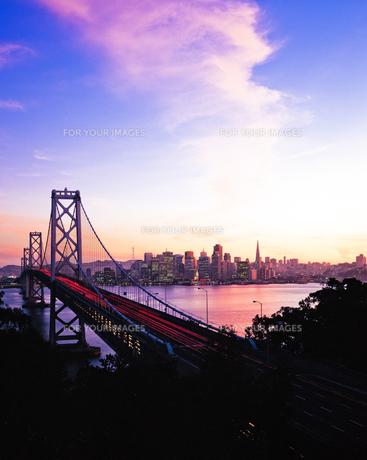 サンフランシスコの街並みとベイブリッジの写真素材 [FYI00365663]