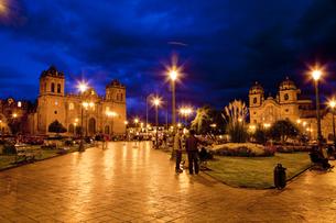 クスコのアルマス広場夜景の写真素材 [FYI00365937]