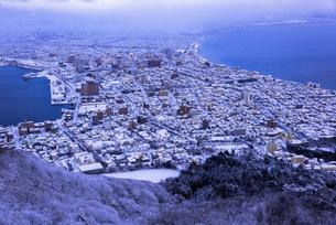函館山より函館市内雪景色の素材 [FYI00366111]