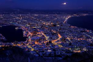 函館山より函館市内雪景色夜景の素材 [FYI00366120]