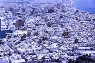 函館山より函館市内雪景色の素材 [FYI00366128]