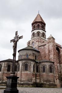 オーベルニュ地方のロマネスク修道院の写真素材 [FYI00366329]
