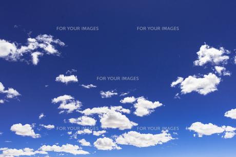 青空に浮かぶ白い雲の素材 [FYI00366705]