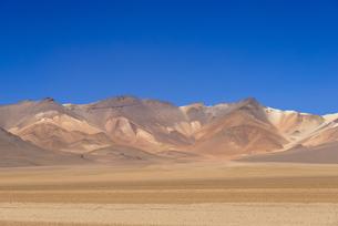アルティプラーノ平原の鉱物資源の山々の写真素材 [FYI00367007]