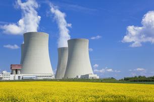 テメリンの原子力発電所と菜の花畑の写真素材 [FYI00367136]
